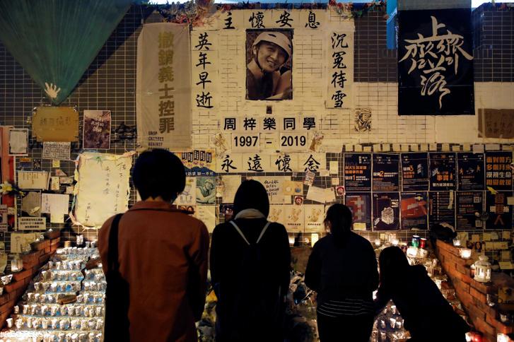 Emberek róják le kegyeletüket Chow Tsz-lok egyetemi hallgató emlékére állított fal előtt 2020. január 8-án, aki két hónappal ezelőtt halt meg tüntetés során Tseung Wak O kerületben, Hongkongban