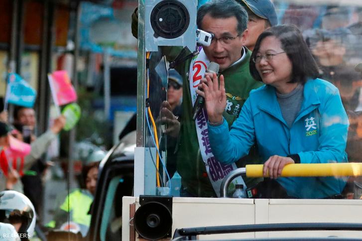 Caj Ing-ven integet a támogatóinak a kampánykörútján Taoyuanban 2020. január 9-én