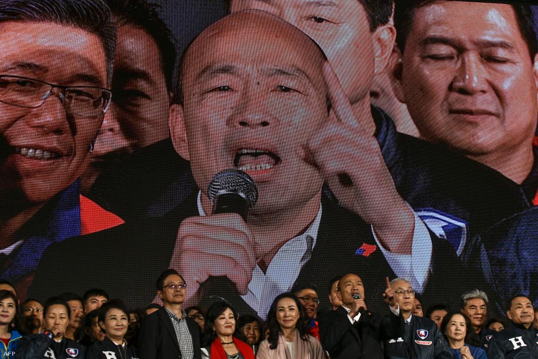Han Kuo-jü KMT elnökjelöltje beszél a tajpeji kampánykörútján 2020. január 9-én