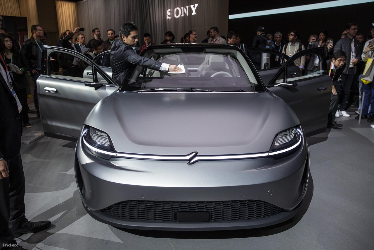 A CES egyik legnagyobb autóipari meglepetését egy autógyártással eddig soha nem foglalkozó óriáscég okozta a CES-en. A japán Sony úgy gondolta, ideje megmutatni, hogy alkatrészgyártóként, beszállítóként mennyi mindennel járulnak hozzá az autóipari szereplők gazdagodásához. A CES-en bemutatott Sony Vision-S-be beleraktak 33 Sony által gyártott szenzort és alkatrészt, a szenzoroktól kezdve, a kamerákon át, egészen a lidar lézeres radarberendezésig. A műszerfal egyetlen hatalmas Sony kijelző, az ülések háttámlájába is képernyőt építettek, az utastérben pedig a Sony's 360 Reality Audio rendszere szolgáltat tárhatású hangzást – azaz az autó nem más mint egy négyszemélyes szórakoztató központ, és valószínűleg meg is marad annak, nem igazán kell arra számítani, hogy a Sony hirtelen betör az autópiacra.