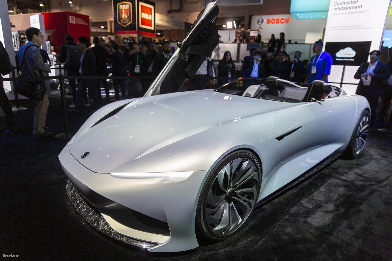 A kínai Karma Automotive (ami a jobb sorsra érdemes Fisker Karma romjaiból emelkedett föl) a 2019-es sanghai autószalonon miutatta be a Karma SC1 Vision elektromos sportautó koncepcióját. A bámulatos kétüléses e-roadster nem valószínű, hogy valaha forgalomba kerül, inkább a gyártó Wanxiang Group különféle autóipari technológiáinak demonstrálására szolgál, így többek között az 5G-s mobilhálózatokkal való kommunikációt, az integrált fedélzeti okosrendszereket szemlélteti.