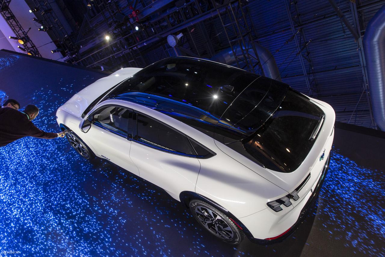 A Ford sem koncepcióautóval jelentkezett, a Mustang Mach E GT elektromos autót az év végétől kezdve lehet megvásárolni. A négyajtós családi autónak nagyjából 400 kilométeres lesz a hatótávja, de hogy ez mennyire hatja meg az amerikai autós társadalmat még kérdéses: sokan merész, sőt vakmerő húzásnak tartják a Ford részéről, hogy ugyanazt a nevet adta az új elektromos autónak, mint legendás izomautójának, a Mach-1-nek.