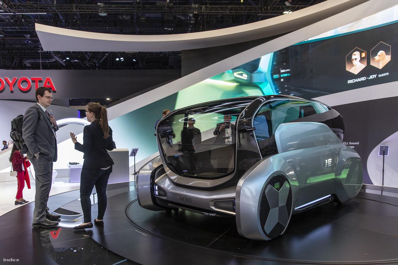 A Hyundai koncepcióautója, az apró városi elektromos önvezető Mobis sokat változott tavaly óta, tágasabb, podszerűbb lett, utasterében egy kisebb társaság is kényelmesen elfér, szükség esetén pedig át lehet venni a vezetést az automatikától.
