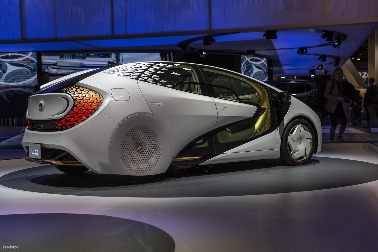 A Toyota LQ is egyike a CESen kiállított önvezető elektromos autóknak. A Toyota nem csapott körülötte nagy felhajtást, pedig az LQ 4-es szintű automata vezetési módra képes, a benne dolgozó YUI mesterséges intelligencia pedig ki tudja ismerni a sofőrt, ezzel személyre szabott vezetési élményt kínál.