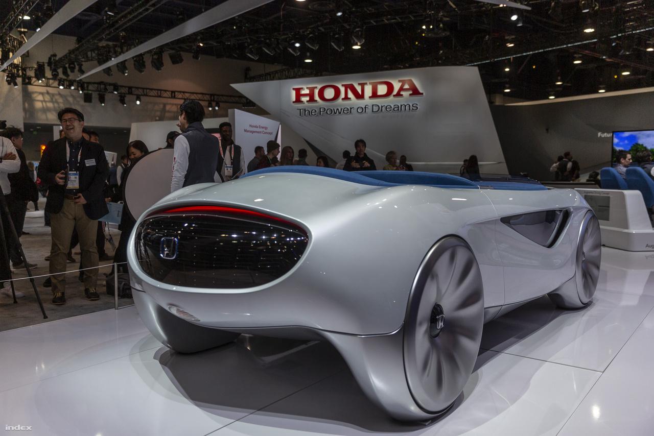 A Honda gömbölyded koncepcióautója (Honda Augmented Driving Concept) olyan mint egy gyerekjáték, mint egy kisautó. A söfőr előtt nincs más, csak a kormánykerék, azzal lehet vezetni az autót. Nincsenek pedálok, nincs sebességváltó, a volán nyomásával lehet gyorsítani, lassítani az autót. A kormányt át lehet csúsztatni a sofőr melletti ülés elé, így a vezetés könnyen át lehet adni. Ha senkinek sem fűlik a foga az utasok közül a vezetéshez, akkor át lehet kapcsolni önvezető üzemmódba.