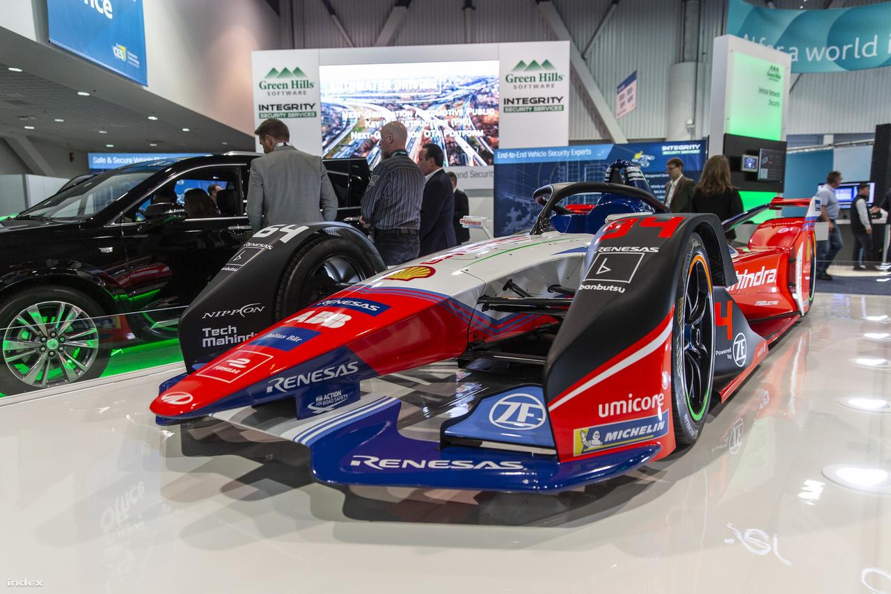 Az india Mahindra Racing Formula-E versenyautója is csinos darab.