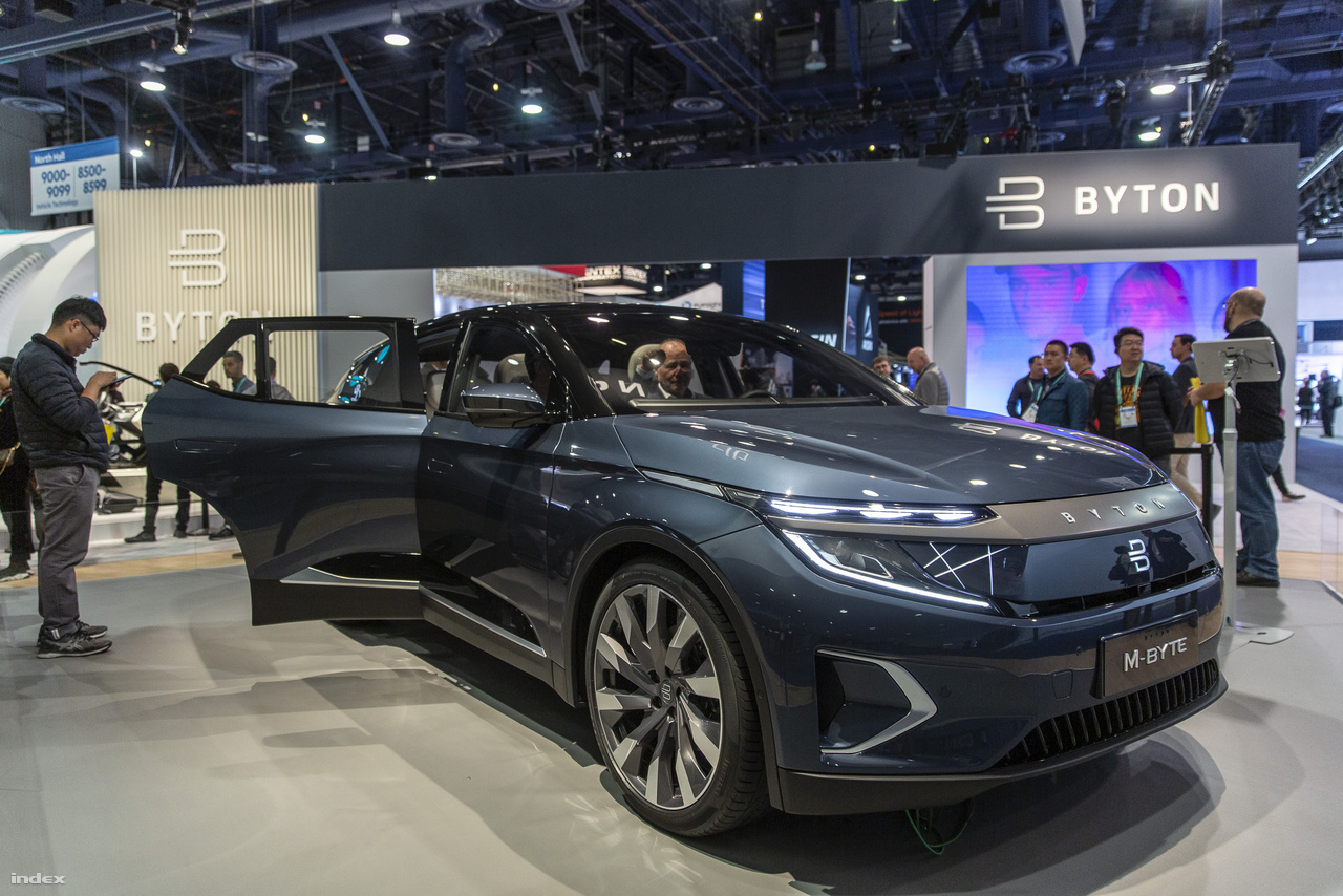A Byton évek óta beharangozott elektromos autójával kapcsolatban azt ígéri a kínai gyártó, hogy idén már becsszó piacra kerül. Az M-Byte műszerfala egyetlen hatalmas érintőképernyő, aminek révén a járművet körülvevő világ egyetlen hatalmas adathalmazzá válik, és amiből az okosautó erejét meríti.