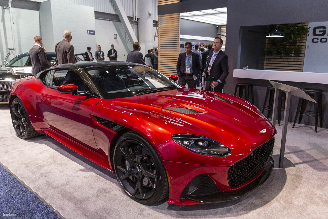 A 2020-as Aston Martin DBS Superleggera egy lassan letűnő autós korszak V12-es képviselője, amiben még belsőégésű motor bömböl, de elektronikája és szolgáltatásai már 21. századiak: karosszériájába épített kamerák segítségével a sofőr képes az autó környezetét csaknem száz százalékban szemmel tartani.