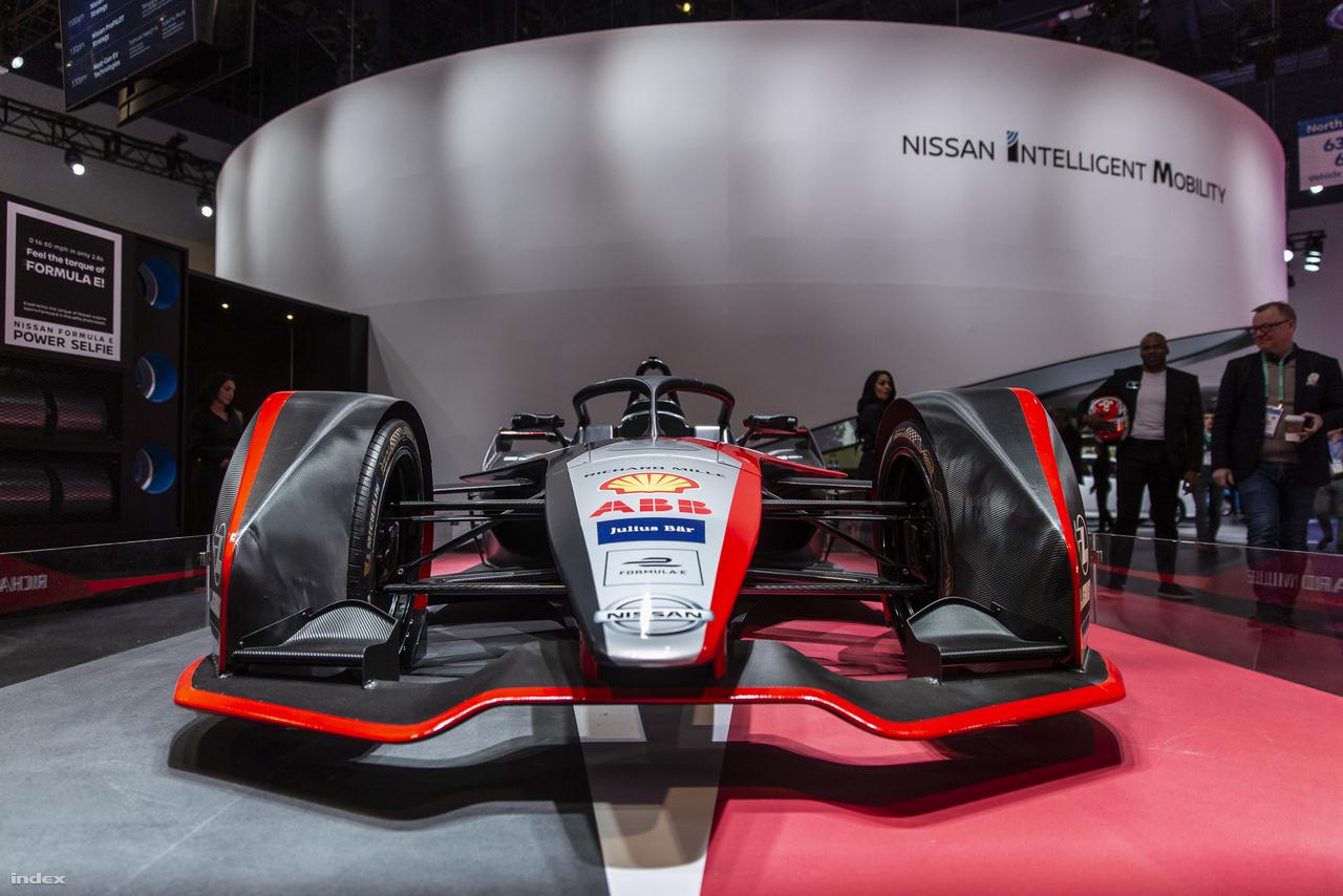 A Nissan standjánál a cég Formula-E végtelenül szexi versenyautója mutatta teljes mellszéleséggel, hogy az autósport jövője is elektromos.