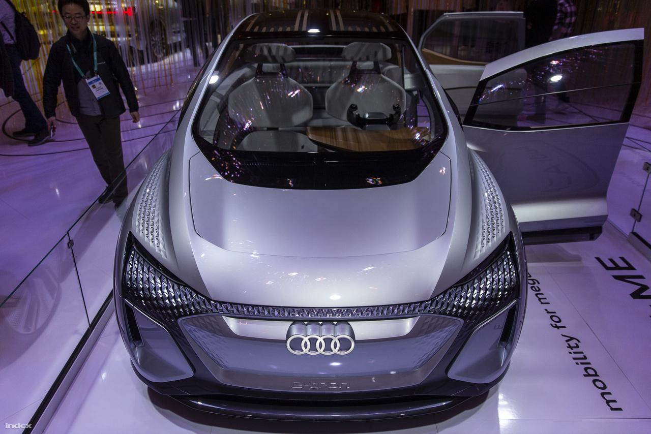 Az Audi csakúgy mint tavaly, idén is hozott egy fantasztikus koncepcióautót a CES-re. 2019-ben az Aicon önvezető elektromos autót mutatták meg, idén továbbfejlesztett változatát, az AI:ME-t lehetett megcsodálni a német autógyártó standjánál. Az AI:ME teljesen autonóm, önvezetésre képes elektromos autó, amiben 65 kWh-s akkumulátor szolgáltatja az energiát és 170 lóerejével ideális városi autó lenne, ha gyártanák. Persze mint a koncepcióautók többsége, az AI:ME sem fog megvalósulni ebben a formában, a belezsúfolt technológiákat viszont minden bizonnyal viszontláthatjuk majd a jövőben az Audi szériaautóiban.