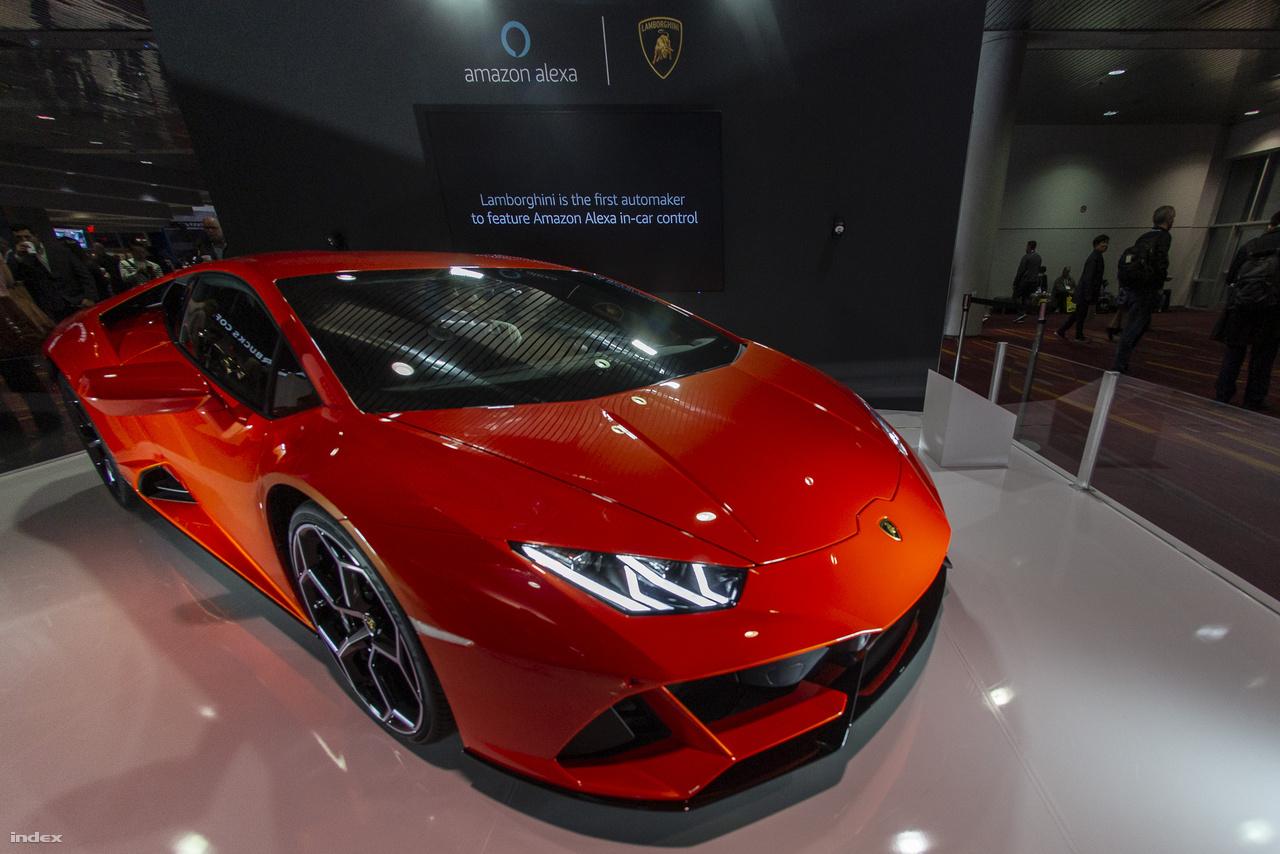 Joggal kérdezhetik, hogy mit keres a CES-en ez a benzinzabáló szörnyeteg. A Lamborghini Huracán EVO szerepeltetésének egy apropója van: a szuperautóba az Amazon integrált személyi asszisztenst, így az autógyártók közül először a Lamborghini termékeiben lehet majd Alexával találkozni. Ezek alapján kijelenthetjük: a hangvezérelt autópályás csapatásé a jövő.