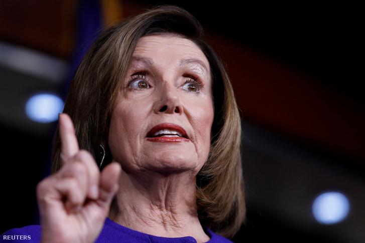 Nancy Pelosi az amerikai képviselőház határozatáról tart sajtótájékoztatót csütörtök este Washingtonban