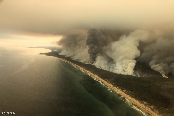 Felszálló füst az ausztrál East Gippsland partján tomboló bozóttűz miatt 2020. január 4-én