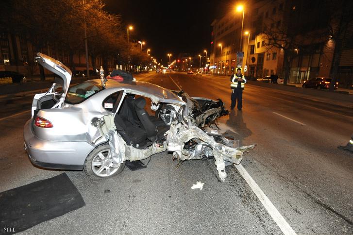 Összeroncsolódott személyautó a budapesti Váci úton, a Babér utca és a Fiastyúk utca között 2019. március 31-én este