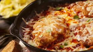 Egyszerű és nagyon finom: ilyen a tökéletes parmezános csirke