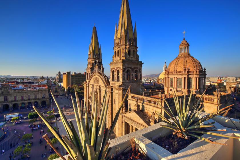 A mexikói Guadalajara Katedrális neogótikus kriptái és középkori műalkotásai sokakat vonzanak, de a fő attrakciók a kiállított mumifikálódott testek. A leghíresebb egy olyan gyermeké, akit az 1700-as években öltek meg a katolikus hitre való áttérése miatt. Beszámolók szerint a gyermek néha pislant egyet, a haja pedig mintha enyhe szellőben lengedezne.
