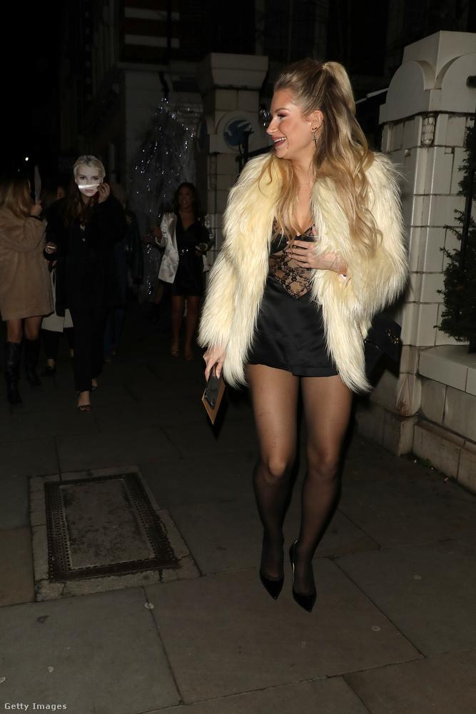 Lottie Moss ugyan visel egy kis (mű)szőrmét, de még ezzel együtt is elég lenge öltözetet választott erre a januári éjszakára