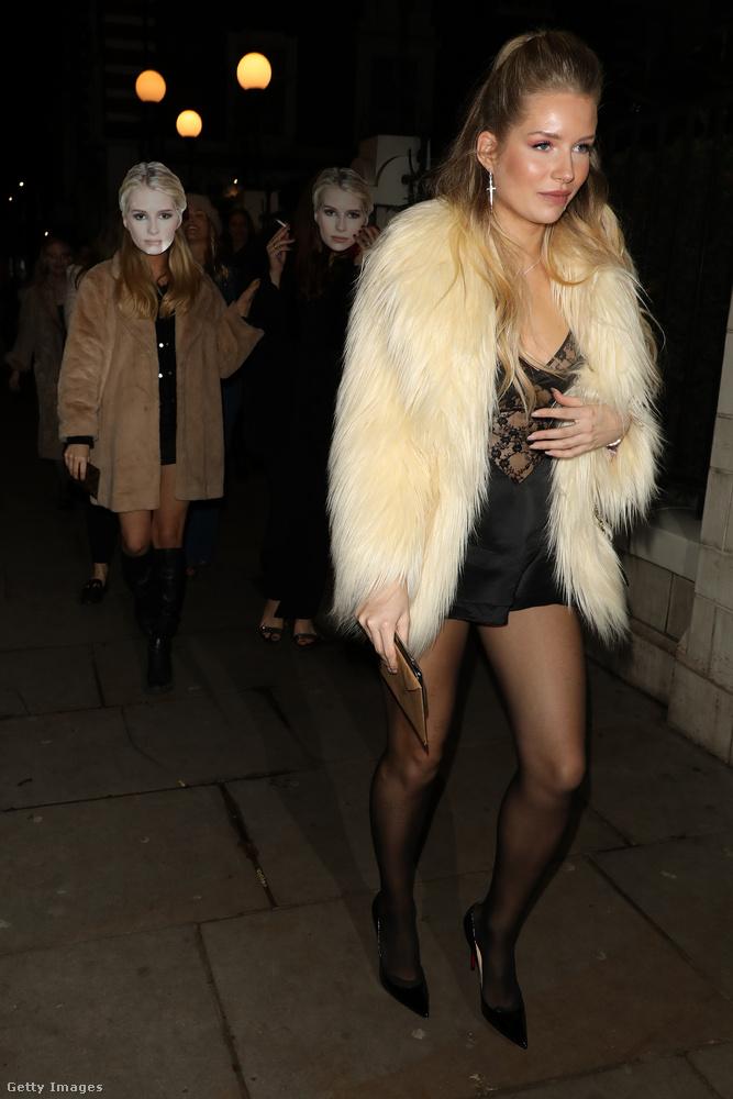 A háttérben a barátnői maszkokat viselnek, amelyeken az ünnepelt arca látható.