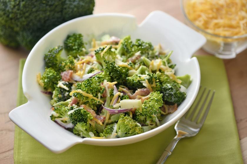 Egyszerű, roppanós brokkolisaláta baconnel, ínyenc szósszal: köret és főétel is lehet