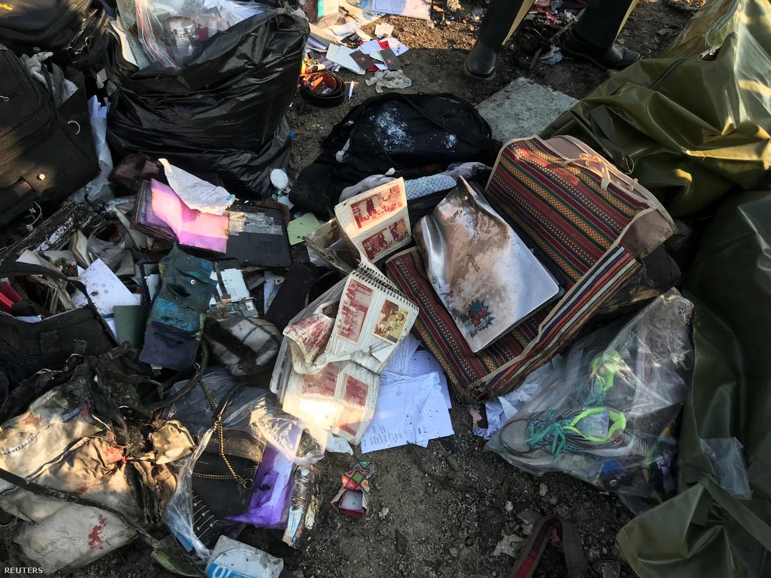 Az utasok poggyászai a becsapódás helyszínén
