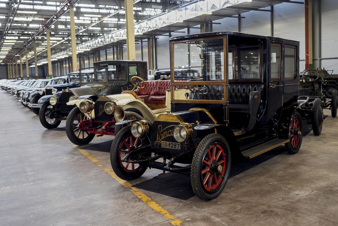 A Lancia története 1907-től íródik, akkor kezdték a Tipo 51 jelű kocsi tesztelését, ebből lett egy évvel később a 12 HP Alfa – akkoriban szinte minden autó gördülő alvázként került egy felépítményeket készítő manufaktúrához, ezért a nagy formai változatosság.