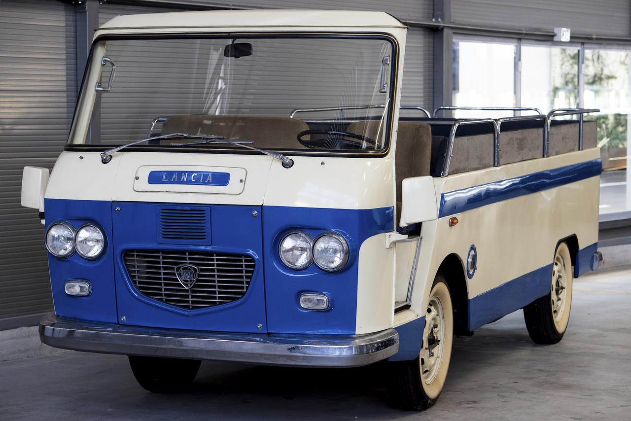 """Még egy igazán különleges darab: Lancia Superjolly """"Spiaggina"""". Sosem helyezték forgalomba az 1962-ben készült gépet, a gyárba látogató VIP vendégeket furikázták vele. 1978-ban kissé átalakították, amikor a pápa érkezett hozzájuk látogatóba."""