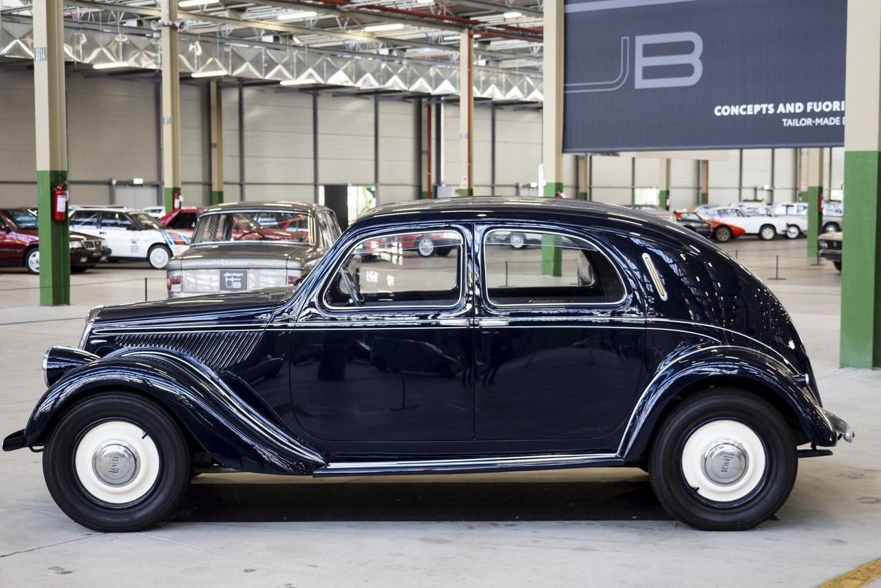 Az FCA saját restaurátorműhelyében újították fel ezt az 1939-es évjáratú Lancia Apriliát. Megjelenésekor az egyik legkifinomultabb autó volt, önhordó karosszériával, körben független felfüggesztéssel, felülvezérelt V-motorral. Részt vett a Mille Miglián 2017-ben, az FCA Heritage főnőke, Roberto Giolito vezette.