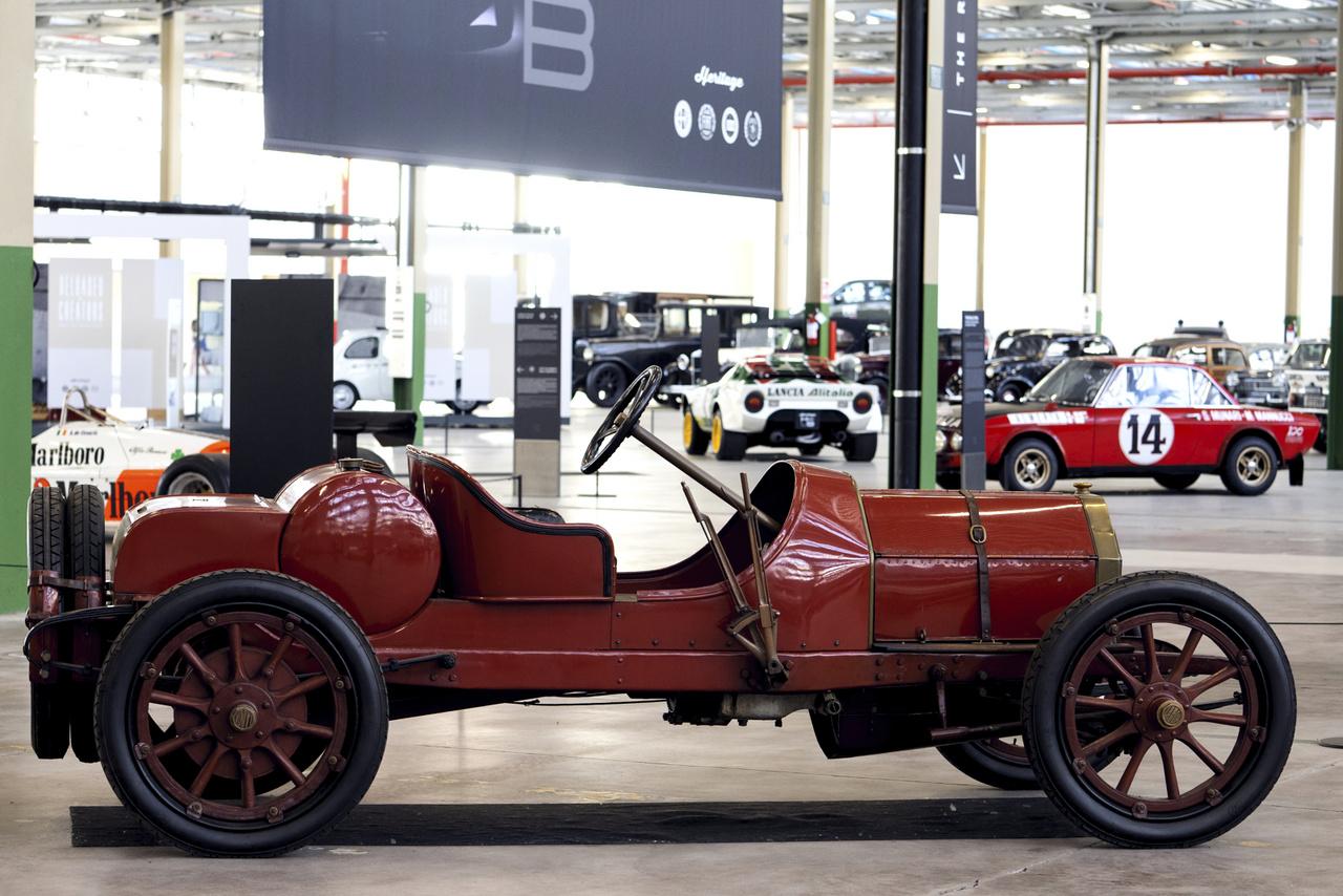 Lancia 12 HP Alfa. Nem Romeo, hanem a legelső kocsi, amely a Lancia nevet viselte; csak 1908-ban készült, valamivel több mint száz példányban. Ez egy sportváltozat.