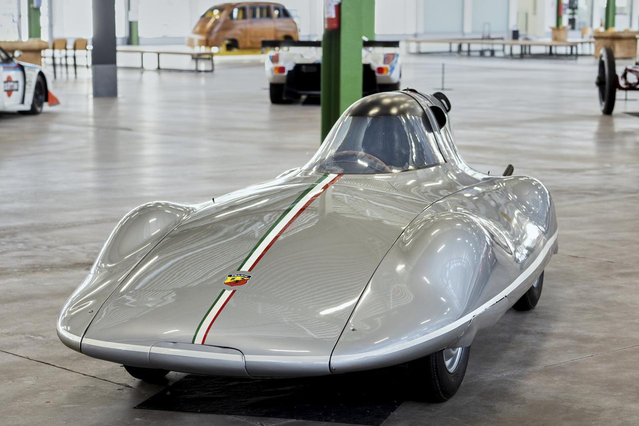 Ez a Fiat Abarth 750 Record, amely a Fiat 600 műszaki alapjaira épült 1956-ban. 750 köbcenti, 47 lóerő, 190 feletti végsebesség. Hat világrekordot értek el vele, a 72 órás leintésig soha nem ment 140 alá az átlag.
