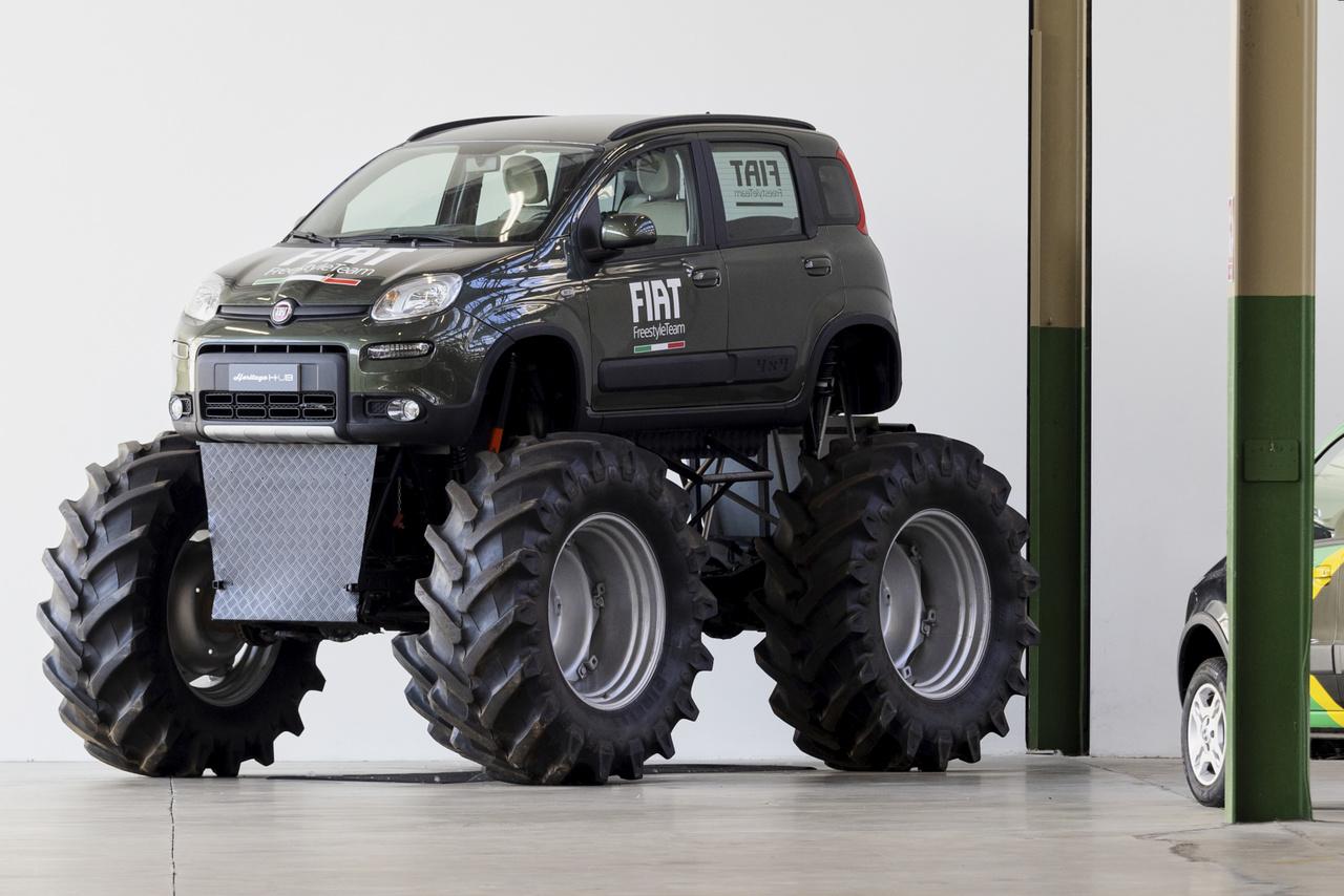 Két hét alatt dobták össze a Fiat Panda 4x4 Monster Truckot, ami félig Jeep CJ7 4200. Másfél méter átmérőjű traktorgumikon megy – egy reklámfilmhez kellett.