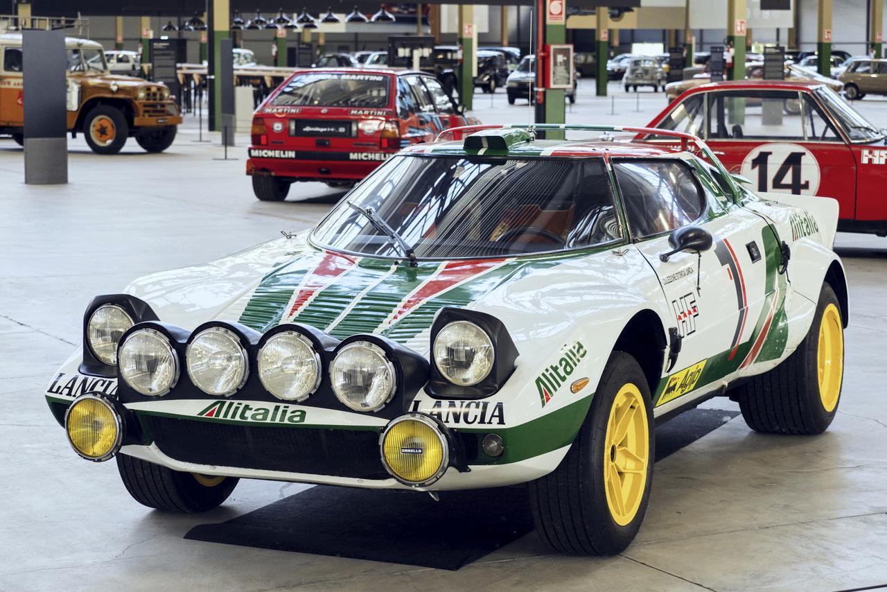 Mivel is zárhatnánk a sort, ha nem a Lancia Stratos HF-el? Az első, kifejezetten raliversenyzésre kifejlesztett autó, a Marcello Gandini által rajzolt karosszéria közepén a Ferrari Dino V6-os motorjával. Csoda.