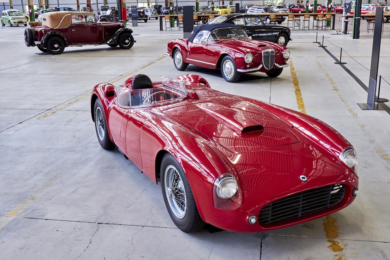 Lancia D25. Totálisan egyedi autó. Soha nem versenyeztek vele, mert Alberto Ascari egy monzai teszten életét vesztette. A cég kiszállt a sportautóversenyzésből és minden energiáját a Forma-1-re fordította, de ő kérte, építsenek még egy ilyen kocsit, hogy elindulhasson az 1955-ös Carrera Panamerica futamon – 1953-ban két D24 végzett az első és második helyen. A 3750 köbcentis V6300 lóerős, transaxle elrendezéssel hajtja a hátsó kerekeket.