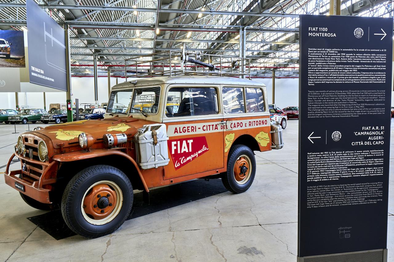 Az autó típusa olvasható a táblán, de a lényeg az apró betűs rész: ezzel a kocsival 11 nap, 4 óra és 54 perc alatt kevertek át Afrikán Fokvárostól Algírig, 1952-ben. A rekord azóta is él.