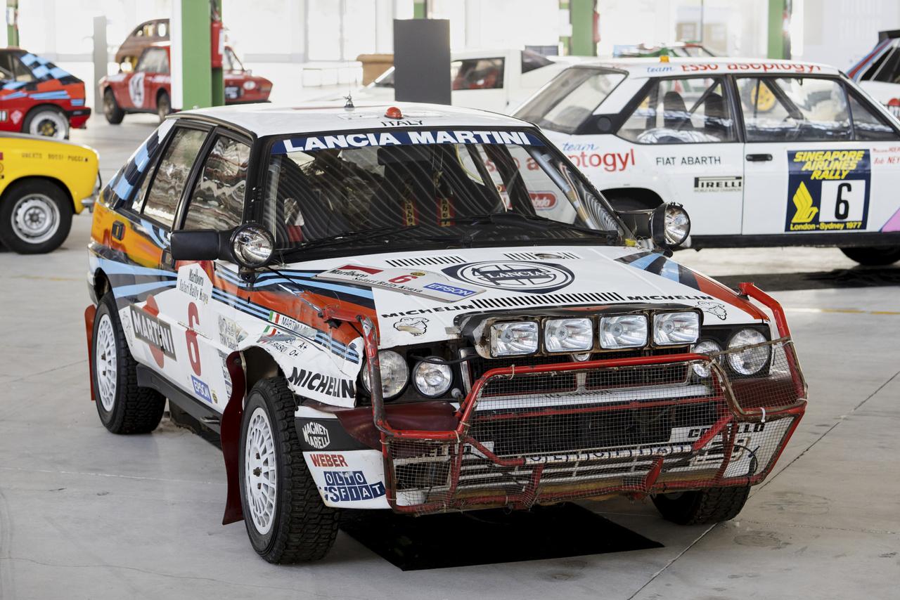 Delta HF Integrale Safari. A világ talán legnehezebb raliversenyét 1988-ban ezzel a géppel nyerte Massimo (Miki) Biasion. Látszik az autón, hogy kapott az arcára, nemcsak képletesen – elütöttek vele egy zsiráfot. Túlélte.