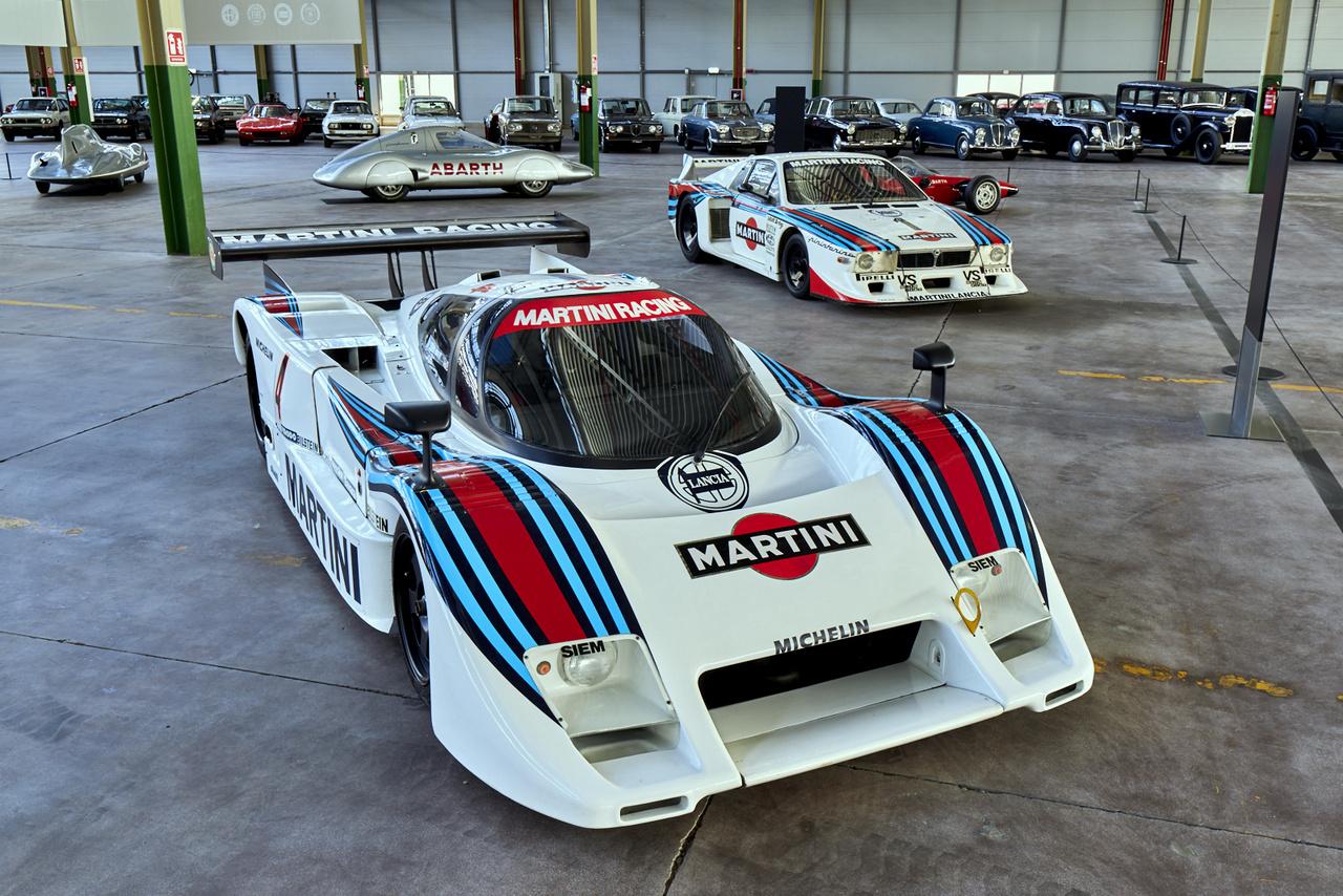 Elöl Lanciák, mögöttük két Abarth, majd nagy kupac Lancia megint – mi kellhet még? Az LC2 (2,6l V8, 700 LE, 360 km/h) és a Beta Montecarlo Turbo (11 példány készült, 1425-1773 köbcentis motorokkal, a legerősebb 500 lóerős volt) pályaversenyeken bizonyított 1979 és 1986 között.