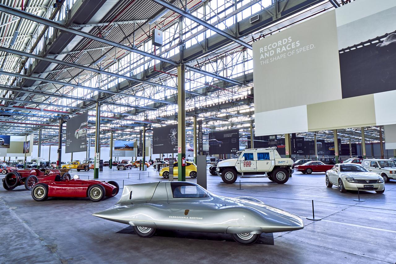 Szempáráztató gyűjtemény. Elöl Fiat Abarth 750 Record, tőle balra Lancia D50, a kis sárga pötty a Fiat 500 Coupé Zagato, a nagy fehér doboz a Fiat Oltre, tőle jobbra a Lancia Fulvia tanulmány – az utóbbi három kocsiból ez az egy példány készült.