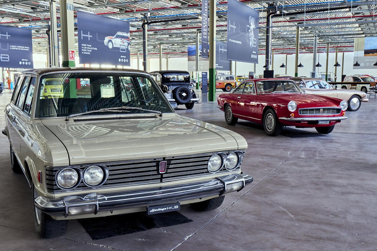 Fiat 130 Familiare. Négy készült, mind különböző, leginkább az Agnelli család tagjai használták őket. A mögötte álló Abarth 2400 Coupé Carlo Abarth saját kocsija volt 142 lóerős sorhatos motorral, kétszázas végsebességgel.