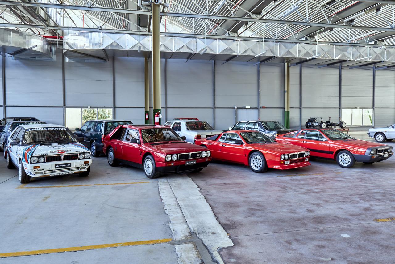 A két szélső gép sem rossz, de a középső kettő a lényeg: Lancia Delta S4 Stradale és Rally Stradale. Hogy a rali világbajnokság B-csoportjába homologizálják a kocsikat, le kellett gyártani 200 utcai változatot, ezek ötször annyiba kerültek, mint a HF Turbo.