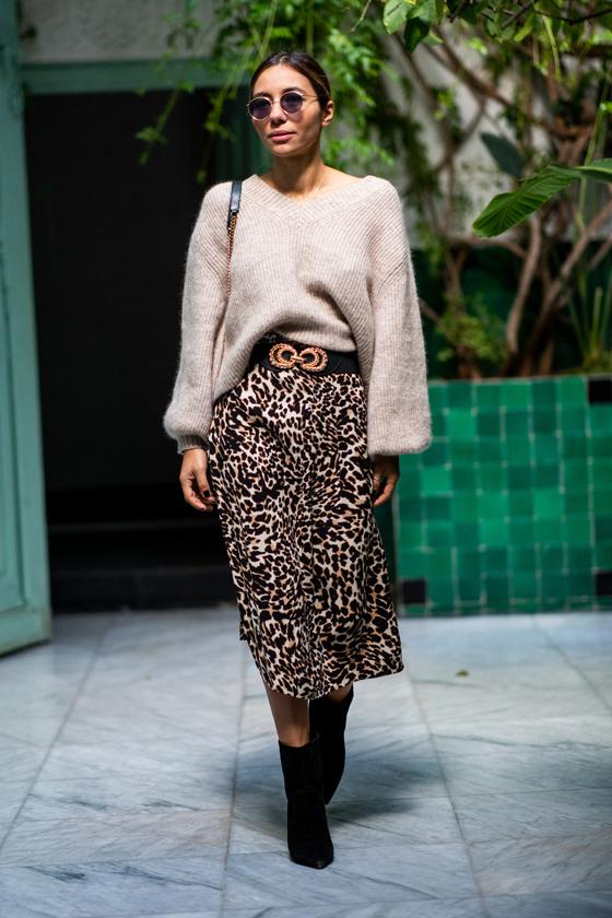 A bézs kötött pulóver nemcsak divatos, de nagyon dögös is, ha egy állatmintás szoknyával kombinálod. Válassz egy övet is, és tűrd mögé elöl a felsőt, hogy ne rejtse el túlságosan a derekadat.