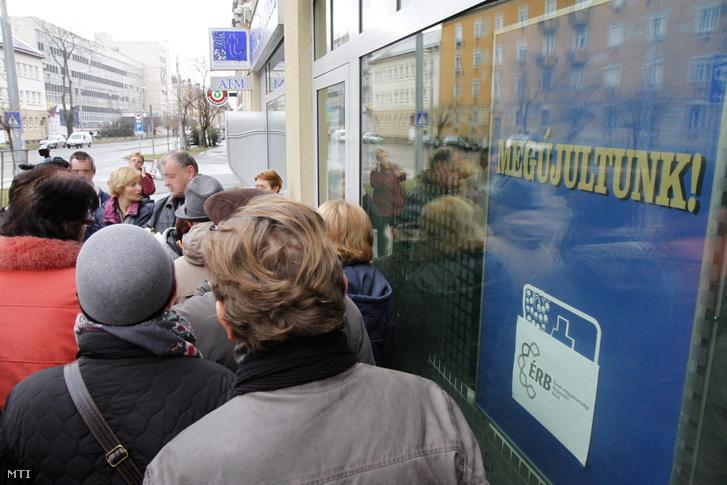 Tanácstalan emberek állnak sorba az Észak-magyarországi Regionális Bank (ÉRB) Zrt. miskolci fiókja előtt 2015. február 26-án hogy pénzükhöz vagy legalábbis annak egy részéhez jussanak.