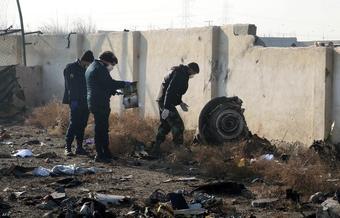 Mentőcsapatok a lezuhant gép roncsainál