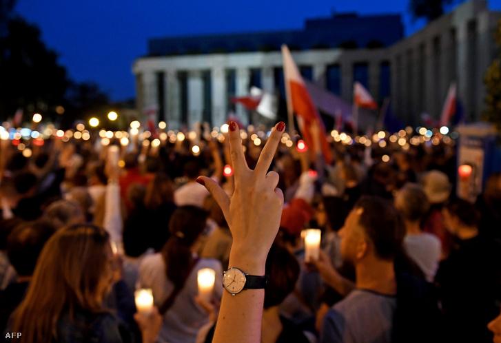 Tüntetők a lengyel 2017. július 23-án Varsóban a Lengyel Legfelsőbb Bíróság előtt