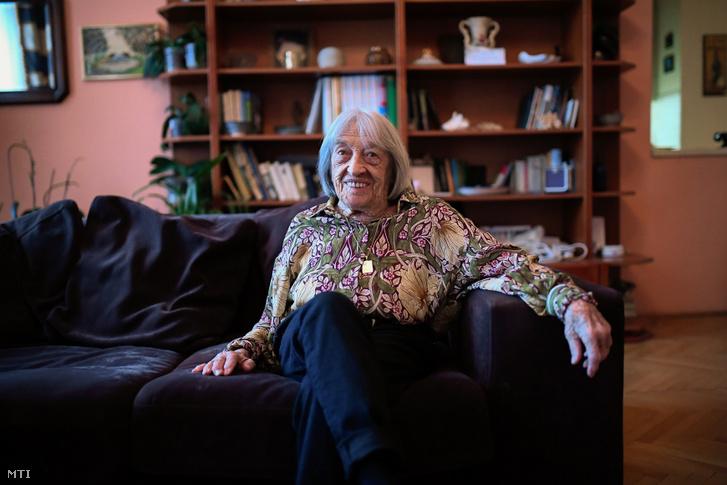 A 99 éves Keleti Ágnes ötszörös olimpiai bajnok tornásznő budapesti otthonában 2020. január 10-én