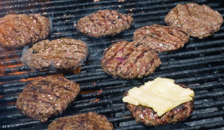 Bio hamburgerhúsokat sütnek egy termelői piacon Washington D.C.-ben