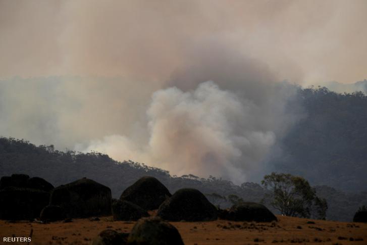 Füst száll fel az égő bozótból az új-dél-walesi Youk közelében 2020. január 11-én