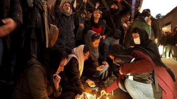 Már több ezren követelik Irán legfelsőbb vezetőjének lemondását Teheránban