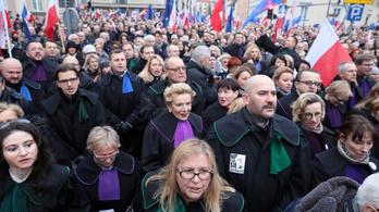 Több ezren vonultak utcára Varsóban a bírói függetlenségért