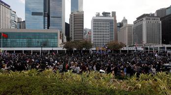Több tízezren tüntettek újra Hongkongban