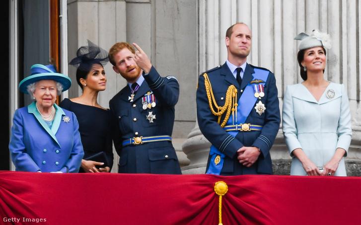 II. Erzsébet, Meghan hercegné, Harry herceg, Vilmos herceg és Katalin hercegné a Buckingham palota erkélyén 2018-ban