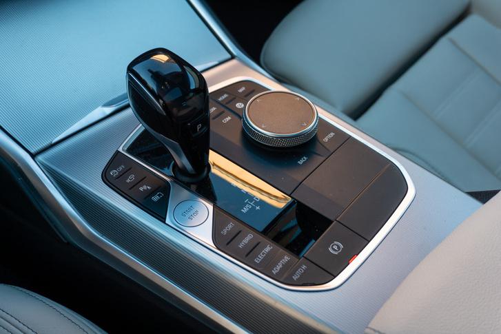 A nyolcfokozatú váltó mellett hajtási módokat is választhatunk és itt kapcsolhatjuk be a töltöttségtartási funkciót is. Ez olyankor hasznos, ha zéróemissziós városi szakaszra készülünk, ahol csak villanyautóként mehetünk a BMW-vel